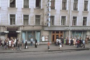 Очередь у кондитерской ресторана «Метрополь». 70-е годы